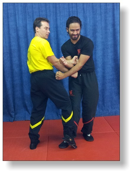 Door Opener tactic of DRAGOSWINGTSUN causes pain to distract the opponent's attention, making him lose posture (Dai Sifu Martin Dragos and Daniel Cavalcante)