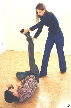 Wing Tsun Exercise 88, Fig. 5 - She lifts the opponents leg to the side