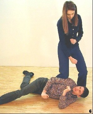 Wing Tsun Exercise 88, Fig. 6 - Finally she controls the opponent by her knee, ready for further actions