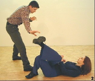 Wing Tsun Exercise 89, Fig. 2 - ..but she moves away her leg to disallow the grappling attempt
