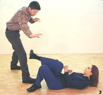 Wing Tsun Exercise 89, Fig. 3 - She moves her leg in a circling way