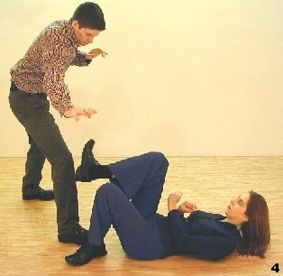 Wing Tsun Exercise 89, Fig. 4 - ..comming back for a kick