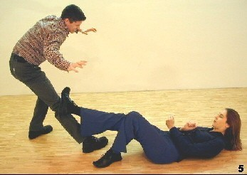 Wing Tsun Exercise 89, Fig. 5 - The opponent gets hit by her kick and looses ballance